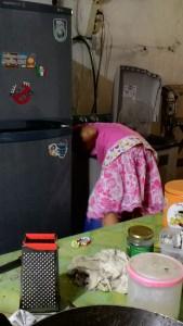 Aisha sedang mengambil cucian bajunya utk di peras